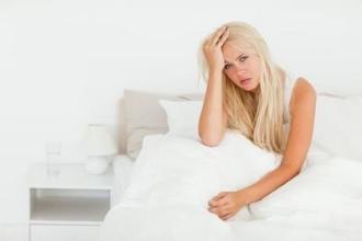 после пробуждения болит голова у женщины