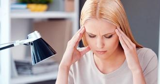 болит голова во время меструации